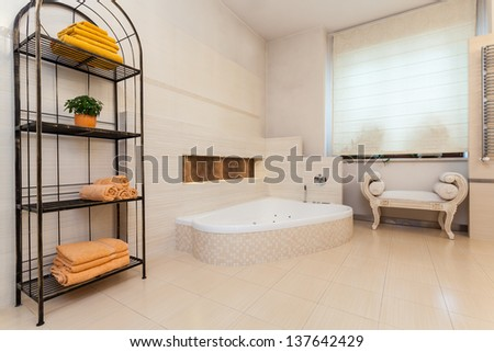Classy house - classic bathroom with bright colours