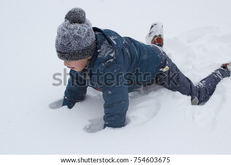 climb on the feet of the snow
