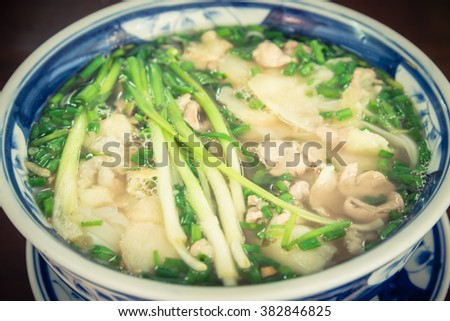 Close-up a bowl of fresh Vietnamese beef rice noodle soup (Pho Bo ...