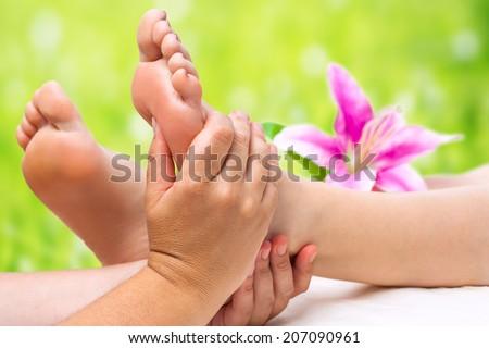 Đóng lên tay nữ làm massage chân trị liệu.
