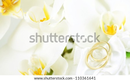 Close up on wedding bouquet and rings