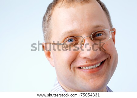 Close up portrait of a smiling man wearing glasses