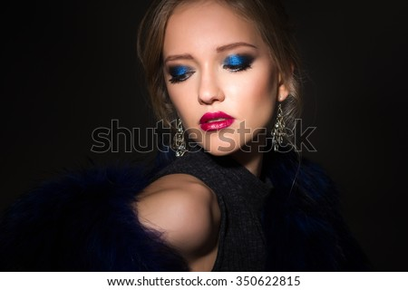 Close-up portrait of gorgeous blonde young woman in celebrity style with perfect make up and hair style. Fashion beauty photo, dramatic look