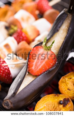 close up shut of grilled banana with strawberry and apricots