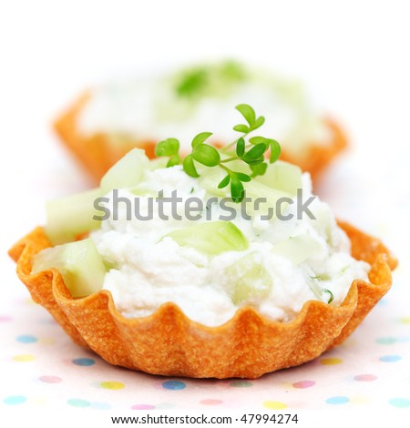 Close up tartlets filled with cream cheese, cucumber and green-Healthy Eating