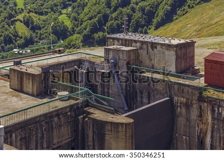 Close view of sluice gate hydraulic mechanism of a hydroelectric dam. - stock photo