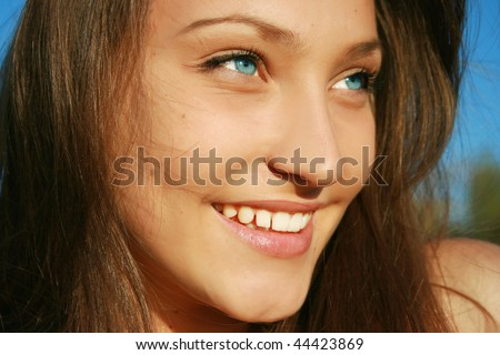 Closeup of a pretty smiling girl in the park