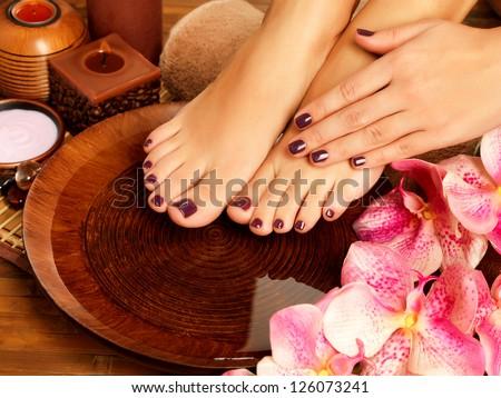 hình ảnh cận cảnh của một bàn chân phụ nữ ở thủ tục móng chân salon spa là.  chân Nữ trong nước những bông hoa trang trí.