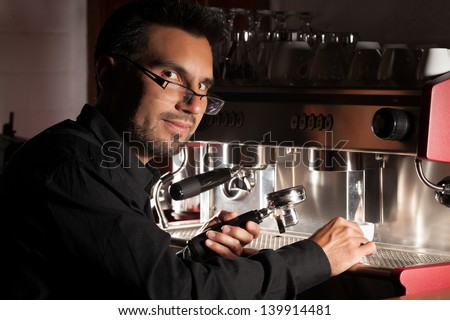 COFFEE SOMMELIER EXTRACTING AN ESPRESSO WITH A PROFESSIONAL MACHINE