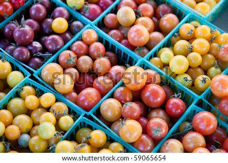 Colourful cherry tomaties in small green baskets