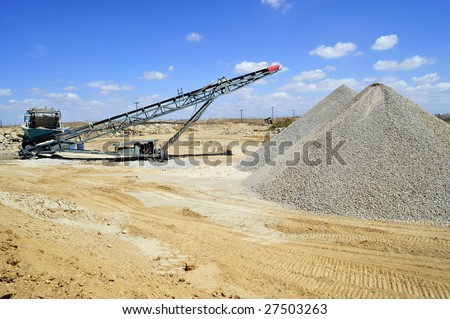 Conveyor belt and portable materials handling equipment used for aggregate (gravel) in a batch plant - stock photo