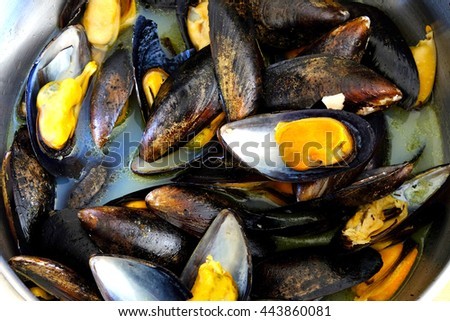 Cooked mussels in a pan.