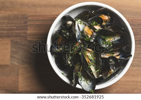 Cooked mussels in a white one sauce finished with parsley