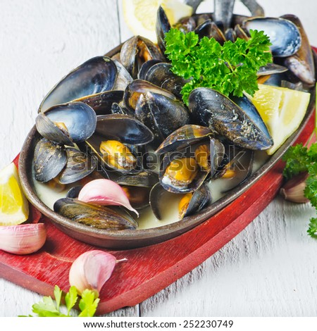 Cooked Mussels in Garlic Butter Sauce