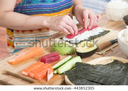 cooking roll sushi