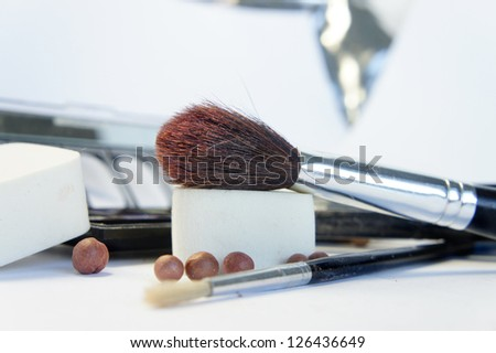 Cosmetic set and makeup brushes