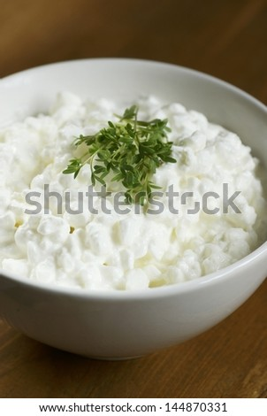 Cottage cheese in a bowl and cress