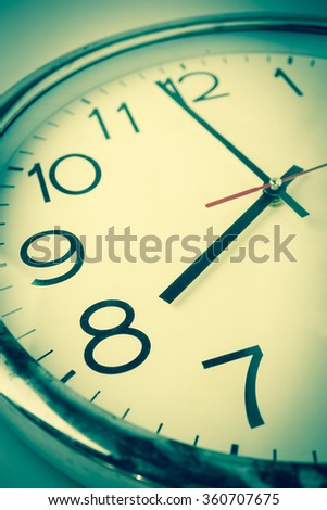 countdown to 8 o'clock with vintage color style clock