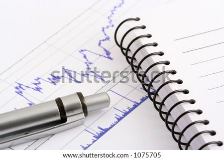 crayon lecteur et cahier sur le diagramme courant - stock photo