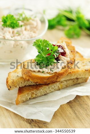 Crispy multigrain toasts with chicken cream, cranberry jam and parsley