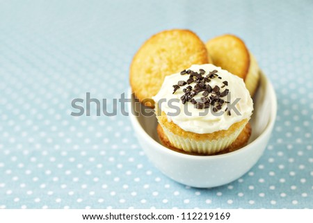 Cupcakes in a bowl - stock photo