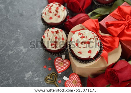 Cupcakes ''red velvet'' and rose on a gray background