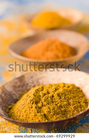 Curry powder and turmeric in bowls