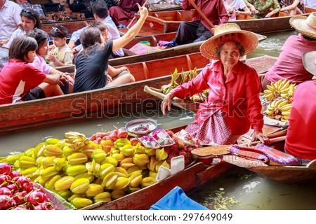 DAMNOEN SADUAK, THAILAND - AUG 25 : Damnoen Saduak Floating Market Featuring many small boats laden with colourful fruits, vegetables and Thai cuisine August 25, 2008 in DAMNOEN SADUAK THAILAND - stock photo