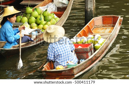 DAMNOEN SADUAK, THAILAND - MARCH 05 : Floating markets on March 5, 2012 in Damnoen Saduak, Thailand. Until recently, the main form of trade, now mostly a tourist attraction.