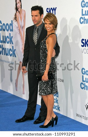 """Dane Cook and Jessica Alba at the Los Angeles Premiere of """"Good Luck Chuck"""". Mann National Theater, Westwood, CA. 09-19-07 - stock photo"""