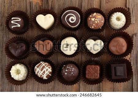 kẹo chocolate ngon trên nền gỗ