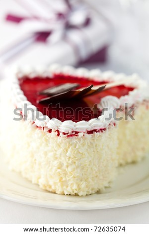 Delicious heart shaped cream cake with white chocolate - stock photo