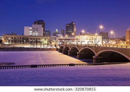Des Moines skyline accros frozen Des Moines River.  - stock photo