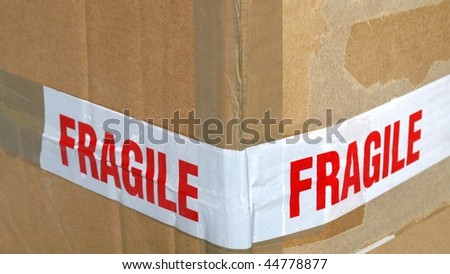 Detail of a fragile corrugated cardboard packet (16:9 aspect ratio)