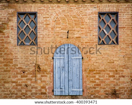 """Detail of the windows of an ancient building in the Tuscan village of """"Buonconvento"""" - stock photo"""