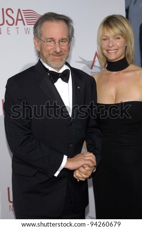 Director STEVEN SPIELBERG & actress wife KATE CAPSHAW at the 30th Annual American Film Institute Award Gala in Hollywood.  12JUN2002.   Paul Smith / Featureflash