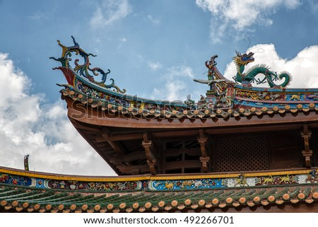 dragon statue on china temple roof