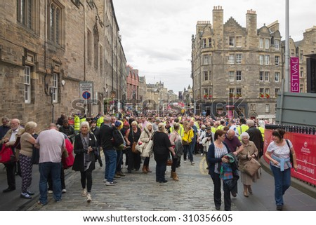 Edinburgh, Scotland, UK - 22 August 2105: crowds making their way up The Royal Mile through security checks and away from the fringe festival to the Royal Edinburgh Military Tattoo at Edinburgh Castle - stock photo