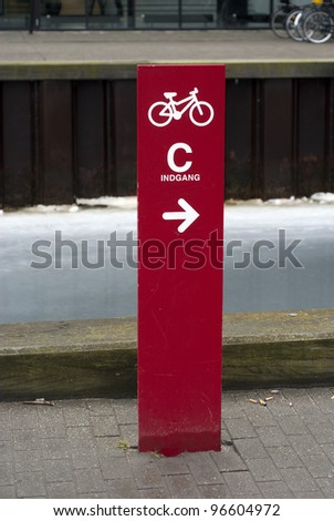 Entrance C and bicycles go to the right. Indgang translated from Danish to English is Entrance.