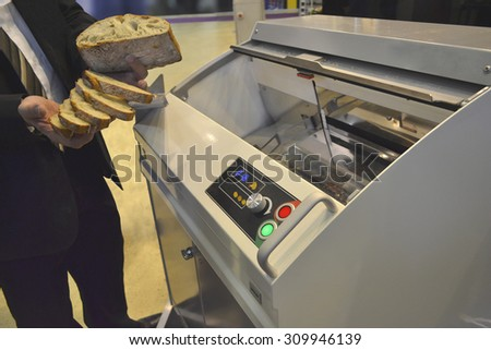 Equipment for automatic slicing bread