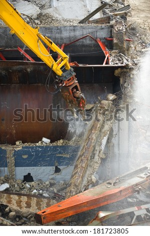 Excavator crusher with jaws crush concrete and metal construction