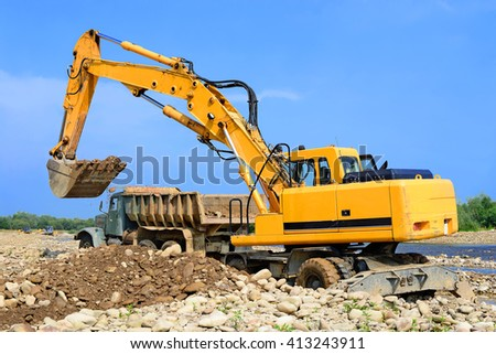 Extracting and loading gravel excavated in the mainstream of the river