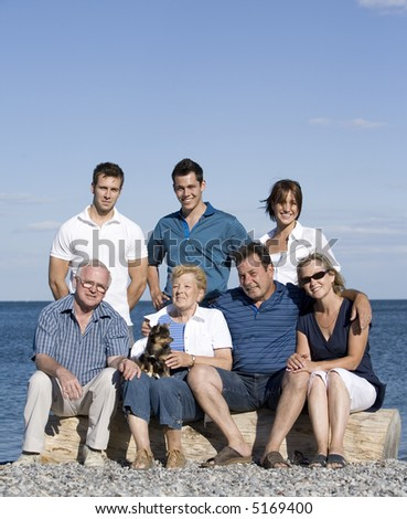 family of seven with three generations in the summer