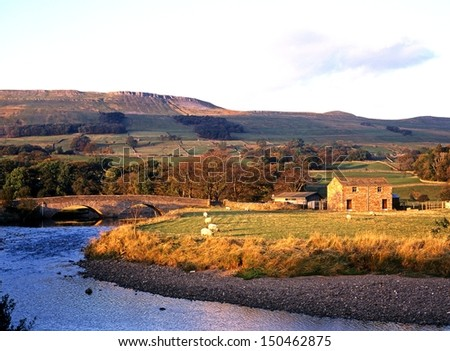 Farm alongside the River Ewer at Hawes, Yorkshire Dales, North Yorkshire, England, UK, Great Britain, Western Europe. - stock photo
