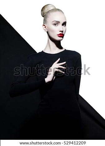 Thời trang studio nghệ thuật chân dung của người phụ nữ thanh lịch với đôi môi đỏ.  son môi thời trang.  mỹ phẩm chuyên nghiệp.  Chân dung của vẻ đẹp trong trang phục màu đen với đôi môi gợi cảm lớn.  đôi môi rất đẹp.