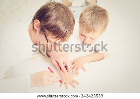 father outdrawing child hand, sweet memories