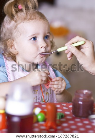 Feeding your baby with a spoon at home