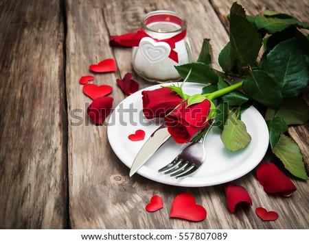 lập bảng lễ hội với hoa hồng đỏ cho Ngày Valentine
