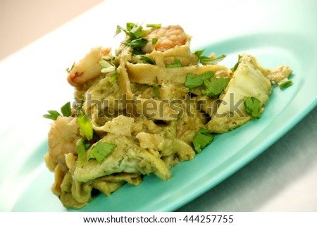 Fettuccine with artichoke sauce and shrimps.