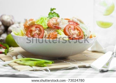 Fine chinese noodles with shrimps and vegetables